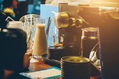 Barista hace café ascendente cercano Imagen de archivo