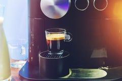 Barista hace café ascendente cercano Imágenes de archivo libres de regalías