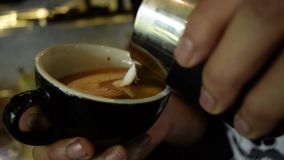 Barista hace el café del capuccino en café almacen de metraje de vídeo