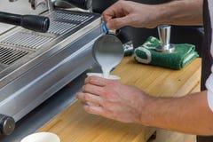 Barista hace el latte Fotografía de archivo