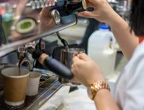 Barista-Hand, die gerade vom Dampfdruck auf die schäumende Milch einstellt lizenzfreies stockfoto