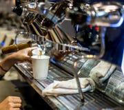 Barista-Hand, welche die Kaffeemaschine im Weinlesedesign gründet lizenzfreie stockfotografie