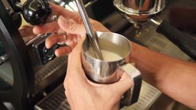 Barista Heating Soy Milk met Professionele Koffiemachine voor Cappuccino in Coffeeshop Slowmotion 4K, stock videobeelden