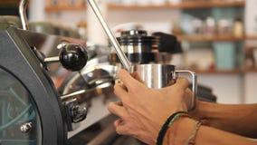 Barista Heating Soy Milk met Professionele Koffiemachine voor Cappuccino in Coffeeshop Slowmotion 4K, stock video
