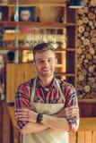 Barista hermoso en el café foto de archivo libre de regalías