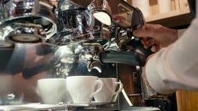 Barista ist schäumender Milch-Schaum durch den Dampf, der Kaffee mit Maschine in einem Café-Geschäft macht stock video footage