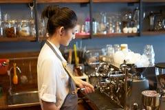 Barista joven del dueño que prepara la máquina en la cafetería, concepto del servicio de la preparación Concepto de lanzamiento d fotografía de archivo libre de regalías