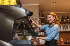 Barista kobieta robi kawie maszyną przy kawiarnią Fotografia Stock