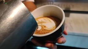 Barista που κάνει την τέχνη καφέδων latte, εύγευστος καφές με το γάλα απόθεμα βίντεο