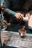 Barista maakt koffie royalty-vrije stock afbeeldingen