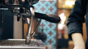 Barista maakt koffie stock videobeelden