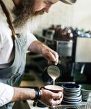Barista macht Kaffee stockfotografie