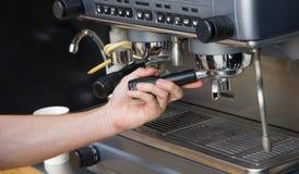 Barista macht Kaffee Stockfoto