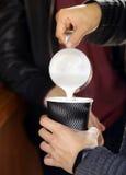 Barista macht Kaffee Lizenzfreie Stockfotografie