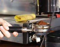 Barista macht Kaffee Lizenzfreies Stockfoto