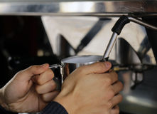 Barista macht Kaffee Stockbild