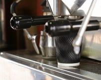 Barista macht Kaffee Stockbilder