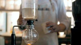 Barista Makes Coffee In der Topf auf dem Brenner stock footage