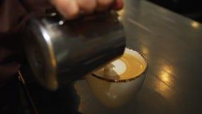 Barista Making Cup del café del Latte almacen de video