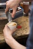 Barista Making Design On cappuccino i Coffeeshop Royaltyfri Fotografi