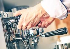 Barista Making Espresso foto de archivo libre de regalías