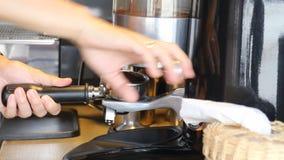 Barista Making Ground Coffee met Koffiemolen stock videobeelden