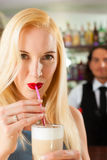 Barista med beställare i hans cafe eller coffeeshop Royaltyfri Foto