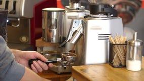 Barista nalewa zmieloną kawę w portafilter Zakończenie barista szlifierska kawa zbiory wideo