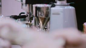 Barista nas luvas brancas faz um café fresco do café no copo com uma máquina do café Close-up vídeos de arquivo