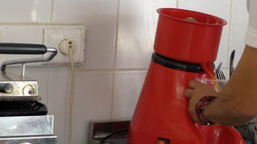 Barista o cuoco che produce succo d'arancia fresco archivi video