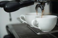 Barista och kaffemaskin Arkivfoto