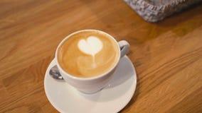 Barista oder Kellner Gives Art Cappuccino Coffee zum Kunden im Café-Geschäft stock video