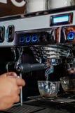 Barista Operating uma máquina de café fotos de stock royalty free