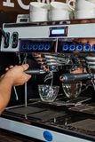Barista Operating uma m?quina de caf? foto de stock royalty free