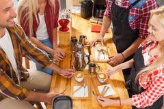 Barista porci klienci dają filiżanki sklep z kawą baru kontuarowi Zdjęcia Royalty Free