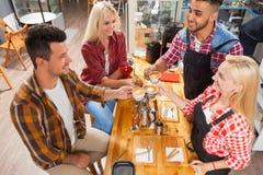 Barista porci klienci dają filiżanki sklep z kawą baru kontuarowi Obrazy Royalty Free