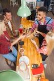 Barista porci klienci dają filiżanki sklep z kawą baru kontuarowi Fotografia Stock