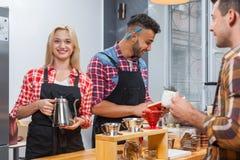 Barista porci klient daje szklanemu herbacianemu sklep z kawą baru kontuarowi Zdjęcia Stock