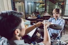 Barista portionkaffe till kunden royaltyfri fotografi