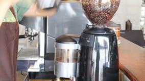 Barista Poured Coffee Beans adentro a la amoladora almacen de metraje de vídeo