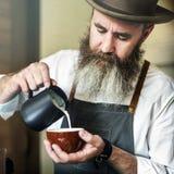 Barista Pouring Coffee Cafe que trabaja concepto de lanzamiento del negocio foto de archivo libre de regalías