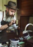 Barista Pouring Coffee Cafe que trabaja concepto de lanzamiento del negocio imágenes de archivo libres de regalías
