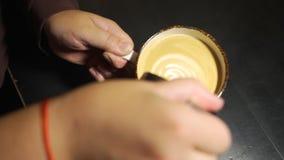 Barista Pouring Steamed Milk en la taza de café almacen de video