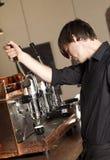 Barista Pracująca kawa espresso Zdjęcia Royalty Free