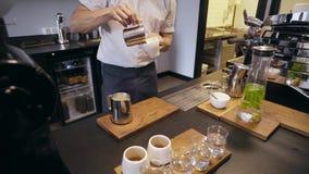 Barista pracy w rzemieślnik kawiarni sklepie zbiory wideo