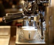 Barista prepara el café express Foto de archivo