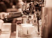 Barista prepara el café express Fotografía de archivo