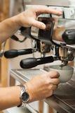 Barista Prepares Coffee Royaltyfri Bild