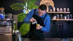 Barista Prepares Coffee en la barra de café metrajes