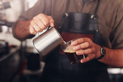 Barista preparing coffee Royalty Free Stock Images